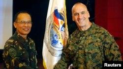 Thiếu tướng Richard Simcock (phải) bắt tay Thiếu tướng Các lực lượng vũ trang Philippines Virgilio Domingo sau lễ khai mạc cuộc tập trận chung thường niên tại Trại Aguinaldo ở Quezon City, ngày 5/4/2013