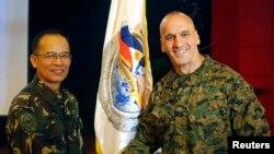 Thiếu tướng Thủy quân lục chiến Hoa Kỳ Richard Simcock (phải) bắt tay trung tướng Philippines Virgilio Domingo sau buổi lễ để khởi đầu cuộc tập trận hàng năm Balikatan