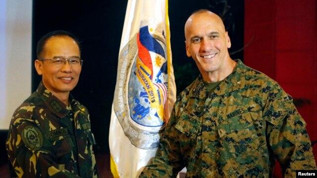 Phó Tư lệnh Thủy quân lục chiến Hoa Kỳ vùng Thái Bình Dương Richard Simcock (phải) bắt tay Thiếu tướng Các lực lượng Vũ trang Philippines Virgilio Domingo sau lễ khai mạc cuộc tập trận chung thường niên tại Trại Aguinaldo ở Quezon City, ngày 5/4/2013.