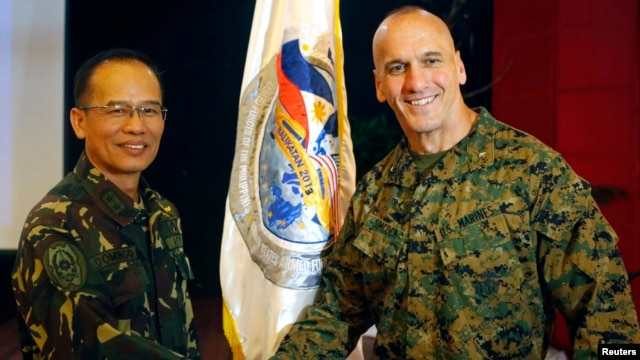 U.S. Marine Brigadier General Richard Simcock (R) shakes hands with Philippines Armed Forces Major General Virgilio Domingo after the opening ceremony of annual Philippines-U.S. military exercise in Manila, April 5, 2013.