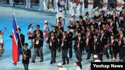 2010년 11월 제16회 광저우 아시안게임에 참석했던 북한 선수단이 개막식 행사장에서 입장하고 있다.