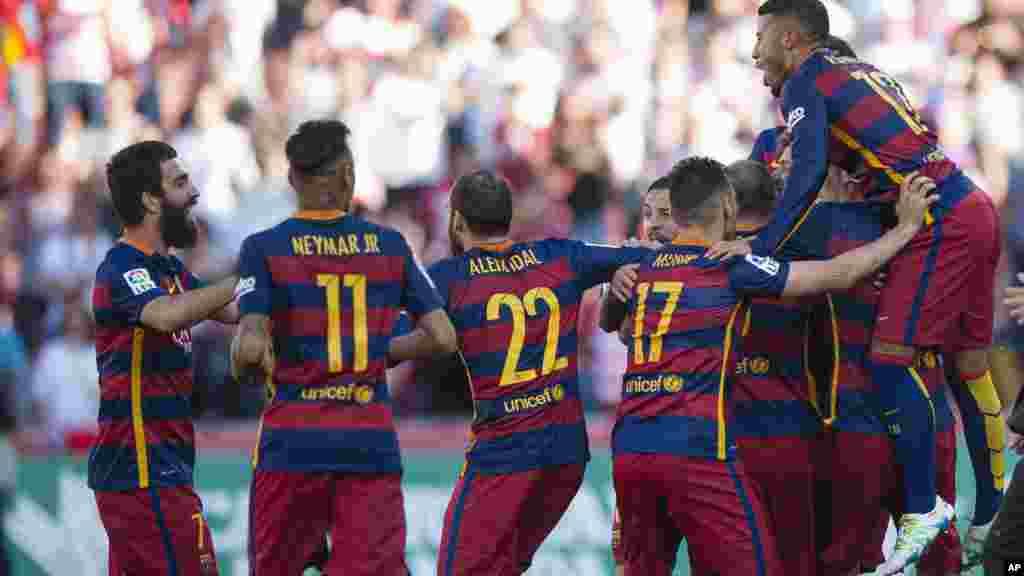 Les joeurs du FC Barcelone célébrent leur victoire après avoir remporté le titre de la Ligue espagnole, le 14 mai 2016 .