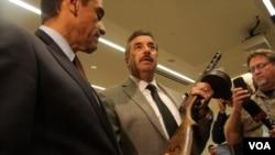 洛杉磯警長展示攻擊性武器(美國之音國符拍攝)
