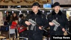 북한이 수소탄 핵실험을 실시했다고 밝힌 6일 김포공항 국제선 청사에서 특수기동대원들이 평소보다 강화된 대테러 예방 위력순찰을 하고 있다.