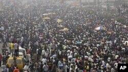 Waandamanaji wakinadamana huko Nigeria baada ya ruzuku ya bei ya mafuta kuondolewa.. (AP Photo/Sunday Alamba)