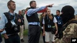 Миссия ОБСЕ в Украине (в центре Александр Хyг)