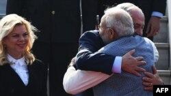 بھارت کے وزیر اعظم نرندر مودی اپنے اسرائیلی منصب کا استقبال کر رہے ہیں۔