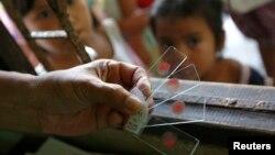 Trẻ em Miến Điện xét nghiệm máu để xem có bị sốt rết không