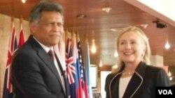Sekjen ASEAN, Surin Pitsuwan menerima kunjungan Menlu AS Hillary Clinton di Jakarta, Selasa 4/9 (foto: VOA/Alina Mahamel),