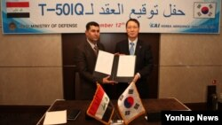 12일 한국이 이라크에 FA-50 24대를 수출하기로 합의한 뒤 KAI 장성섭 부사장(오른쪽)과 이라크 하템 아베드 국방부 계약담당이사가 서명한 계약서를 들고 기념촬영을 하고 있다.