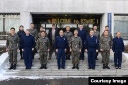 미 전략사령부의 클린턴 크로저 기획정책국장이 지난 20일 충남 계룡대에 있는 한국우주정보상황실(KSpOC)을 방문해 한국 군 관계자들과 기념사진을 찍었다.