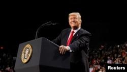 Američki predsednik Donald Tramp tokom govora na skupu u Pensakoli, na Floridi 8. decembra 2017. (Foto: Kevin Lamarque/Reuters)