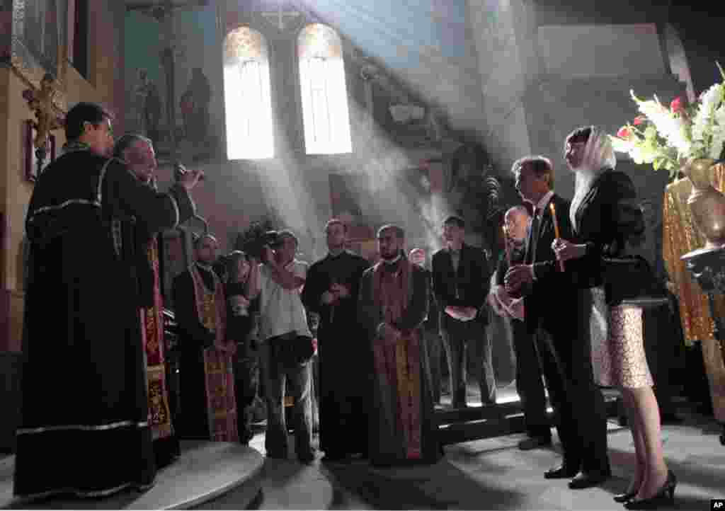 ბიძინა ივანიშვილი მეუღლესთან ერთად ტაძარში ლოცვას აღავლენს, 1 ოქტომბერი, 2012