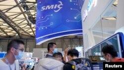 观众在上海参观中国国际半导体博览会的中芯国际的展台。 (2020年10月14日资料照)
