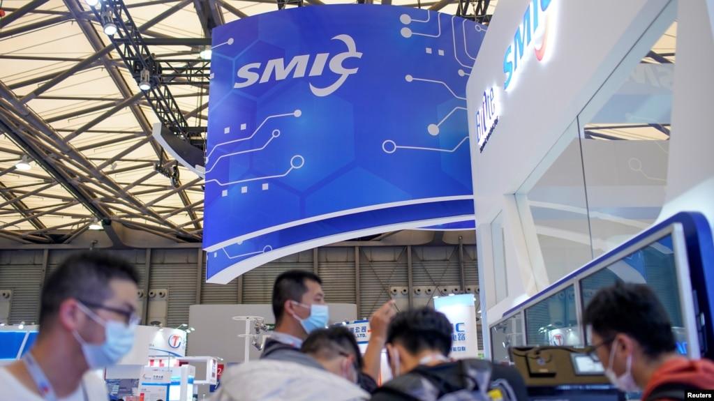 资料照:观众在上海参观中国国际半导体博览会的中芯国际的展台。 (2020年10月14日)(photo:VOA)