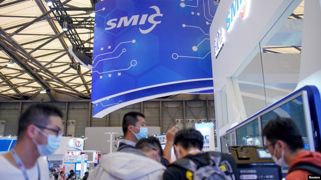 观众在上海参观中国国际半导体博览会的中芯国际的展台。 (2020年10月14日)(photo:VOA)