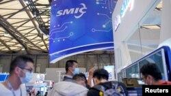 觀眾在上海參觀中國國際半導體博覽會的中芯國際的展台。(2020年10月14日)