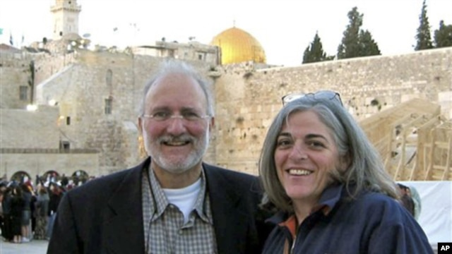 Alan and Judy Gross are seen in Jerusalem in the year her American husband was detained in Cuba, accused of spying for the U.S., 2005. (file photo)