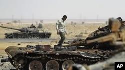 나토군 공습으로 파괴된 카다피군 탱크들