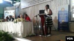 Unkosikazi Lizzie Chirume, oseyanelise ukwakha umuzi wakhe eChitungwiza ngemva kokusebenzelana labe Rotary Club