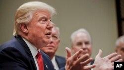 도널드 트럼프(왼쪽) 대통령이 상·하원 합동연설을 하루 앞둔 27일 백악관에서 건강보험업계 대표들과 간담회를 진행하고 있다.