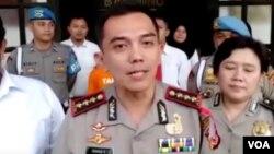 Kapolrestabes Bandung, Irman Sugema, berbicara kepada wartawan di Mapolrestabes Bandung, Senin (21/1/2019) siang. (VOA/Rio Tuasikal)