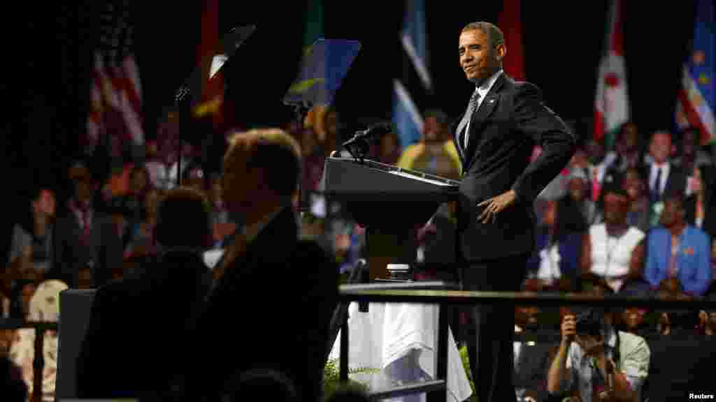 Le président américain Barack Obama répond à la question d'une jeune femme lors de cette session 2015 de YALI, Washington, 3 août 2015.