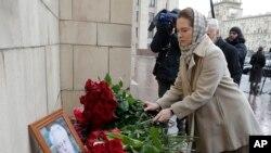 ماسکو میں وزارت خارجہ کے باہر لوگ چرکن کی تصویر کے قریب پھول رکھ کر اپنی عقیدت کا اظہار کر رہے ہیں