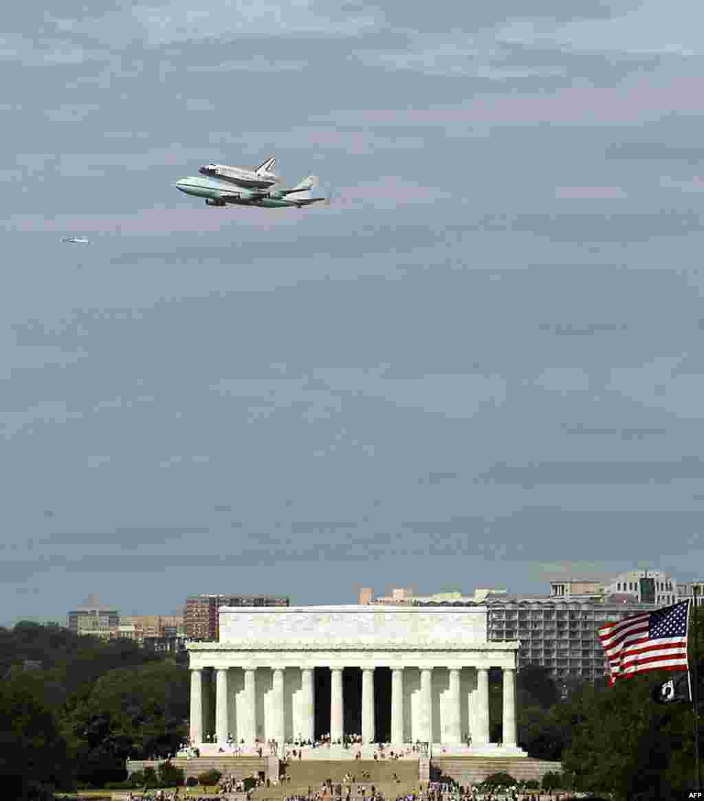The Space Shuttle Discovery, mounted on the Shuttle Carrier Aircraft, flies over the Lincoln Memorial in Washington, Tuesday, April 17, 2012. Discovery is en route from Kennedy Space Center to the Smithsonian National Air and Space Museum Udvar/Hazy Cente