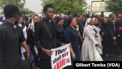 Des manifestants portant des banderoles, à Abuja, le 1er Mars 2020. (VOA/Gilbert Tamba)