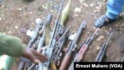 Des armes ont été saisies, au Sud-Kivu, RDC, le 5 novembre 2017. (VOA/Ernest Muhero)
