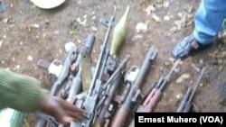 Les armes ont été saisies, au Sud-Kivu, RDC, le 5 novembre 2017. (VOA/Ernest Muhero)