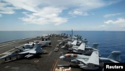 Cubierta del USS Nimitz, que ya navega en el Mar Rojo.
