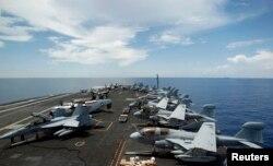 Chiến đấu cơ của Mỹ trên boong tàu sân bay USS Nimitz trong một cuộc tuần tra ở Biển Đông, ngày 23 tháng 5, năm 2013.