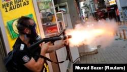 Taksim'de göstericilere gözyaşartıcı gazla müdahale eden polis