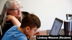 華盛頓州Cottage Lake小學4年級學生在家中上網課。 (2020年3月11日)