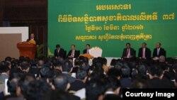 លោកនាយករដ្ឋមន្ត្រី ហ៊ុន សែន ថ្លែងក្នុងពិធីបិទសន្និបាតសុខាភិបាល ប្រចាំឆ្នាំលើកទី៣៧ នៅឯសណ្ឋាគារ សូហ្វីតែលភូគីត្រា រាជធានីភ្នំពេញ កាលពីថ្ងៃទី១០ ខែមីនា ឆ្នាំ២០១៦។ (ទំព័រ Facebook Samdech Hun Sen)