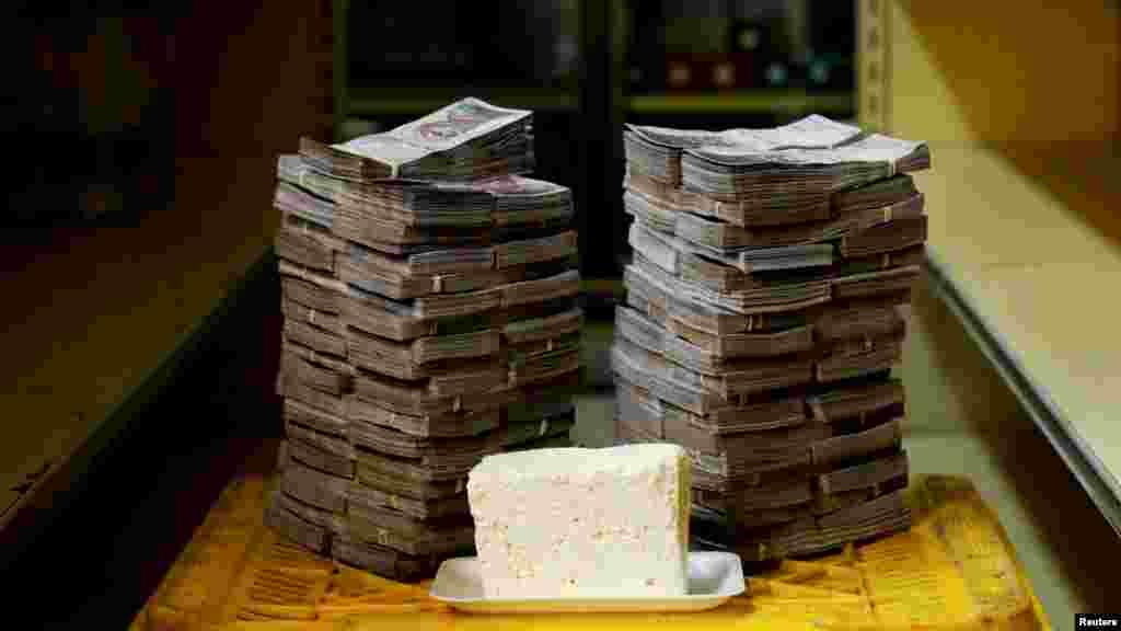 Un kilogramo de queso junto a 7.500.000 bolívares, equivalente a 1,14 dólares.