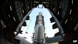 Persiapan peluncuran roket Long March B yang membawa wahana penjelajah bulan China, Chang'e-3 di pusat peluncuran satelit di Xichang, provinsi Sichuan, China, 1 Deember 2013 (Foto: dok).