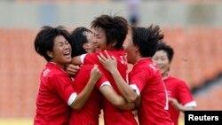 지난해 7월 한국에서 열린 동아시아 여자축구대회에 출전한 북한 선수들이 중국과의 경기에서 득점한 후 환호하고 있다. (자료사진)
