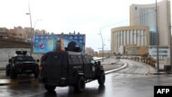 Pasukan keamanan Libya mengamankan hotel Corinthia, pasca serangan di Tripoli, Selasa (27/1).
