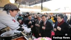 Pembelot Korea Utara membuka truk makanan di Korea Selatan.