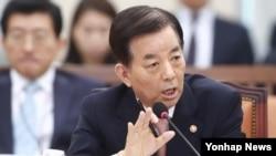 한민구 한국 국방장관이 5일 오전 국회 국방위원회 전체회의에서 북한 미사일 도발과 관련 긴급 현안 질의에 답하고 있다.