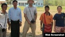 Ông Robert Corwell (giữa) đứng trước ngôi trường thứ nhì vừa được xây xong cùng với ủy ban của trường