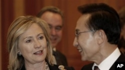 South Korean President Lee Myung-bak, right, talks with U.S. Secretary of State Hillary Rodham Clinton during their meeting at presidential house in Seoul, South Korea, April 17, 2011