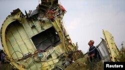 Nhân viên điều tra Malaysia tại hiện trường tai nạn gần làng Hrabove, miền đông Ukraine.