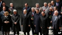 Deretan depan dari kiri: Presiden Armenia Serge Sarkisian, Presiden Rusia Vladimir Putin, Presiden Siprus Anastasiadis, dan Presiden Perancis menghadiri upacara peringatan 100 tahun pembantaian penduduk Armenia di Yerevan, Armenia, 24 April 2015. (Tigran Mehrabyan/PAN Photo via AP)