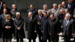 2015年4月24日,一些国家的领导人周五来到亚美尼亚参加亚美尼亚大屠杀一百周年的纪念活动。从左二往右,东道主亚美尼亚总统谢尔日·萨尔基相,俄罗斯总统普京,塞浦路斯总统尼科斯·阿纳斯塔夏季斯和法国总统奥兰德。
