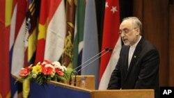 Eron Tashqi ishlar vaziri Ali Akbar Solihiy Qo'shilmaslik harakatiga a'zo davlatlar rasmiylari oldida so'zlamoqda, Tehron, 26-avgust, 2012-yil.