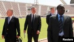 Hamad Kalkaba Malboum, le président de la Confédération africaine d'athlétisme (CAA), avec d'autres représentants à Doha, le 5 octobre 2011.